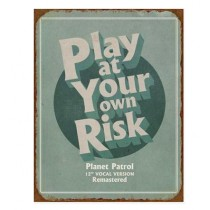 """Schild """"Play at your own risk"""""""